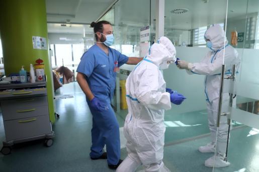 Los sanitarios van bien protegidos para evitar contagiarse.