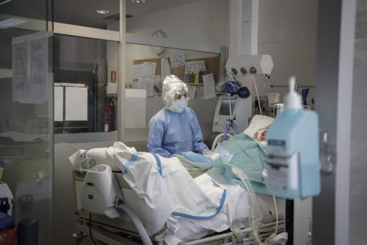 Imagen de la UCI del hospital de Son Llàtzer, que actualmente tiene 17 camas de UCI ocupadas, nueve por enfermos con coronavorus.
