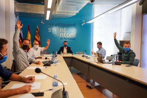 Un momento del pleno del Ayuntamiento de Sant Antoni.