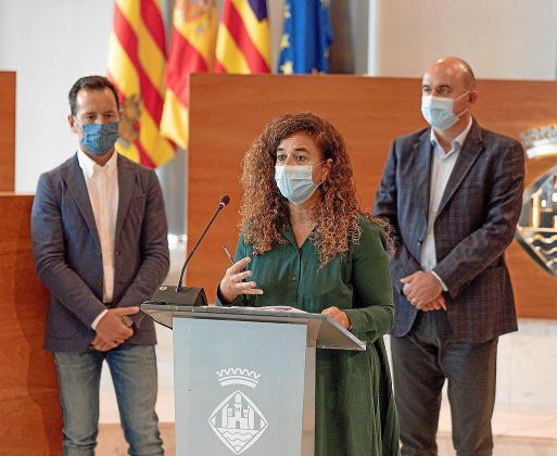 Pilar Costa, durante su intervención ayer en el Consell, con Rafa Ruiz y Vicent Marí al fondo.