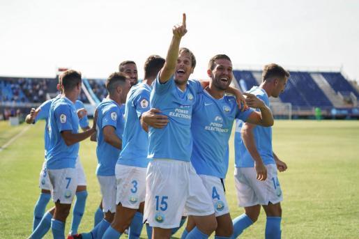 Los jugadores de la UD Ibiza celebran uno de los goles conseguidos ante La Nucía este domingo.