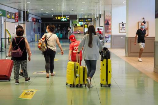 Pasajeros en el aeropuerto de Ibiza.