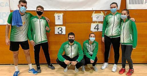 Los integrantes del CB Pitiús en el día de ayer posan junto al marcador final del partido celebrado en tierras gallegas.