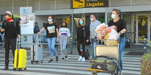 Varios pasajeros del vuelo de Madrid, saliendo de la terminal ibicenca.