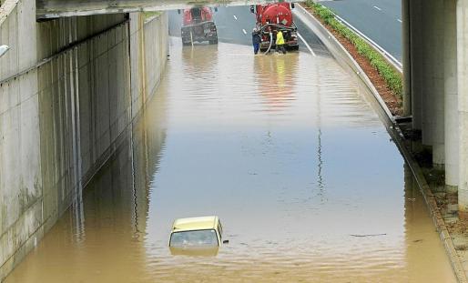 Estampa habitual cuando se producen las inundaciones de la carretera al aeropuerto.