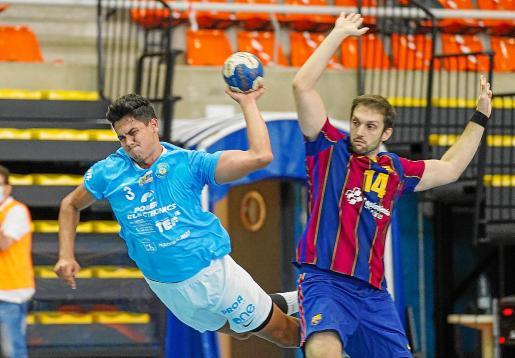 Basualdo, que regresó ayer al equipo, lanza durante el partido contra el Barça B.