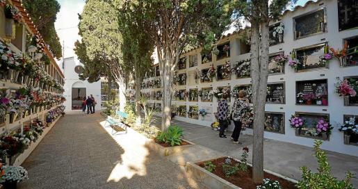 El pasillo central del cementerio de Sant Antoni lucía así ayer por la mañana.