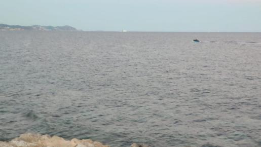 Un particular avistó ayer por la tarde una patera navegando por Ibiza y avisó a las autoridades.