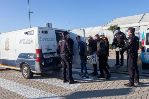 Los agentes de la Policía Nacional interceptan a un grupo de inmigrantes el pasado viernes en el puerto de Ibiza.