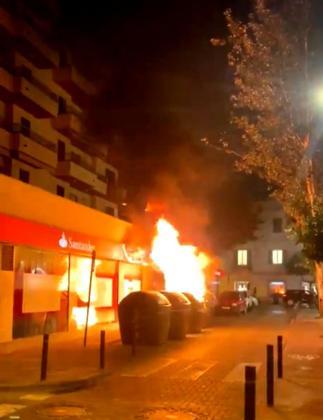 Contenedores ardiendo en la calle Pere Francés la noche del sábado.