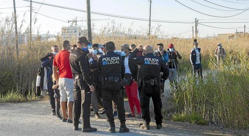 El despliegue de Policía Nacional y Policía Local de Vila localizó al grupo en ses Feixes después de protagonizar un sorprendente y ruidoso desembarco en Talamanca.