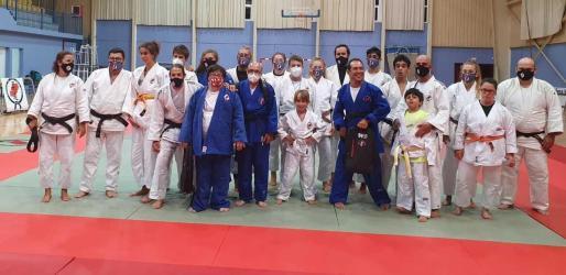 Los tres conductores del programa, en el centro y con kimonos azules, junto a los judocas del Dojo Ibiza que tomaron parte en la grabación.