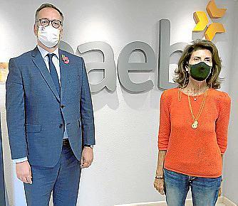 En la imagen, el cónsul Lloyd Milen y Carmen Planas, ayer en la sede la CAEB.