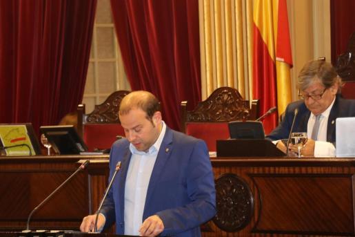 El conseller de Medio Ambiente y Territorio, Miquel Mir, en el Parlament.