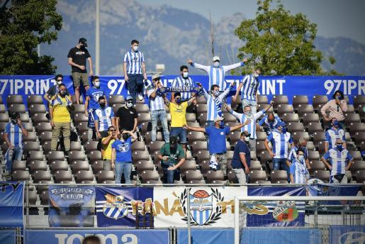 Un grupo de hinchas del Atlètic Baleares durante el partido ante el filial del Atlético de Madrid