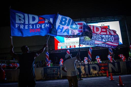 Simpatizantes del ex vicepresidente y candidato demócrata a la presidencia, Joe Biden, ondean banderas y muestran su apoyo este martes mientras esperan los resultados de las elecciones en el Centro de Convenciones Mana Wynwood, en Miami, Florida (EE.UU.).