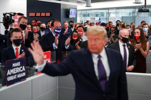 U.S. President Donald Trump's campaign staff applaud him as he waves after speaking to them while visiting his presidential campaign headquarters on Election Day outside of Washington in Arlington, Virginia, U.S., November 3, 2020. REUTERS/Tom Brenner TPX IMAGES OF THE DAY USA-ELECTION/TRUMP