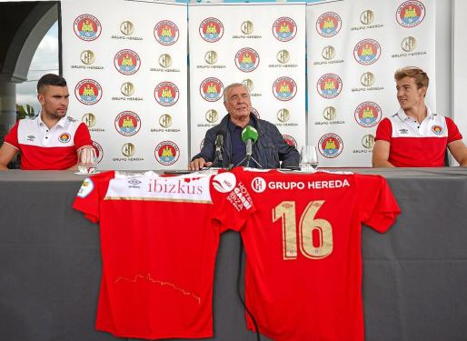 Colo, Toni Moreras y Raúl Feher, durante la presentación llevada a cabo ayer en las instalaciones de Ibizkus.