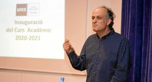 El doctor Ricarte pronunció ayer la lección inaugural del curso académico en la sede de la UNED en Ibiza.