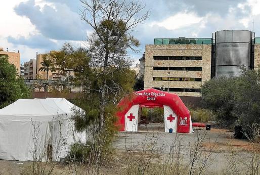 La Cruz Roja también ha desplegado carpas en la comisaría para llevar a cabo las primeras atenciones.