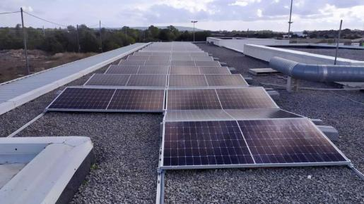 Placas solares instaladas en el campo de municipal de fútbol de Formentera.