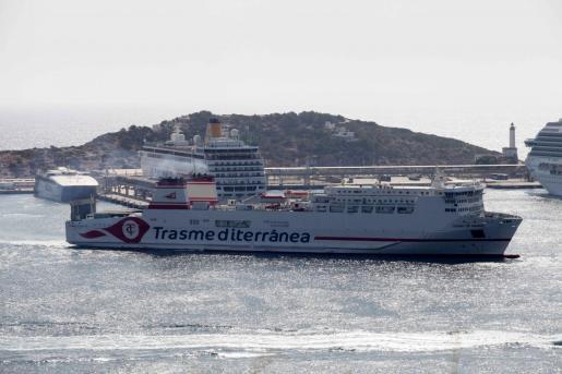 Imagen de archivo de un buque de Transmediterránea en Ibiza.