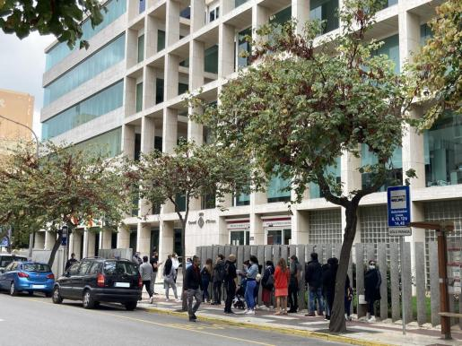 Colas en el exterior de la sede del Consell de Ibiza.