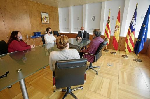El presidente y el vicepresidente primero del Consell se reunieron ayer con representantes de la comunidad de propietarios de los Don Pepe.