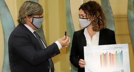Vicenç Thomàs sostiene el USB con los Presupuestos, junto a la consellera Rosario Sánchez.