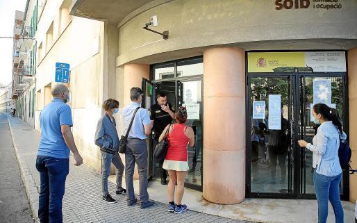 Las oficinas de empleo reabrieron sus puertas al público tras el confinamiento a mediados de mayo, si bien desde entonces solo atienden a personas con cita previa, que debe solicitarse de forma telemática.