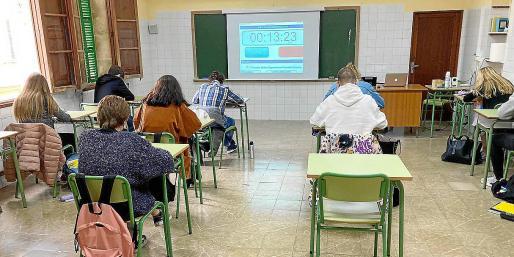 Educació anunció que financiaría con 1,2 millones de euros los aparatos de control del aire de los centros educativos de Balears para hacer frente a la COVID-19, aunque todavía no hay novedades al respecto; de momento, se mantienen las ventanas abiertas y los alumnos se abrigan.