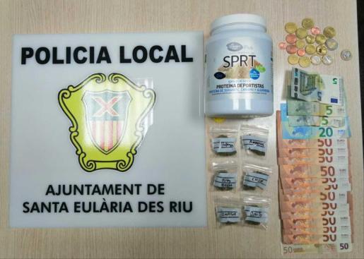 Droga y dinero intervenido por la Policía Local de Santa Eulària.