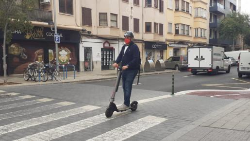 La normativa se adapta con el objetivo, por un lado, de reforzar la seguridad de los peatones y de los propios conductores de patinetes y, por otro, de permitir que estos vehículos compartan espacio en aquellas calles que ahora han visto limitada su velocidad a 30 kilómetros por hora.