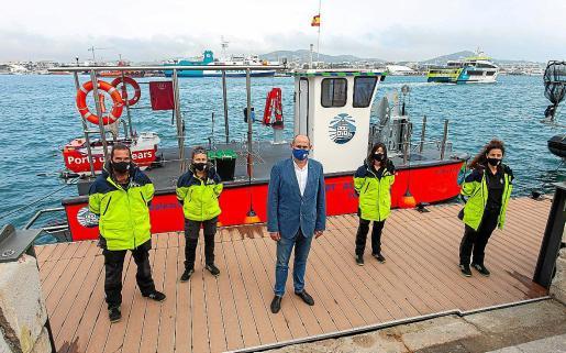 El moderno dispositivo de limpieza de las aguas portuarias incorpora un dron versátil que ha sido ideado para poder acceder a zonas entre pantalanes y barcos