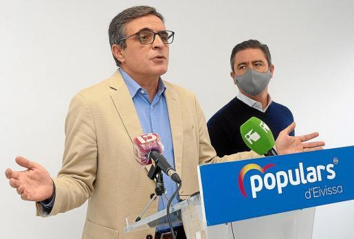 El senador José Vicente Marí Bosó y el diputado Miguel Jerez, ayer, en la sede del PP en Ibiza.