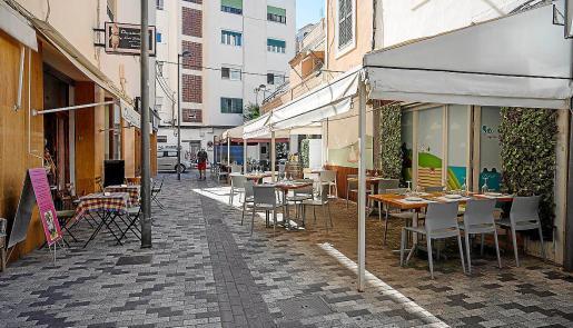 Unas terrazas vacías en una calle de Vila.