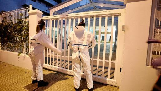 Imagen de profesionales sanitarios accediendo a la residencia Reina Sofía el pasado 28 de octubre tras detectarse el brote.