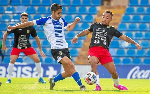 Juancho intenta llevarse un balón dividido ante un jugador del Hércules.