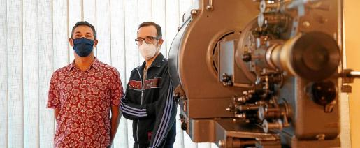 Los dos impulsores del ciclo Zinétic, Juanjo Ribas y Josep Sendra, el sábado en las instalaciones del cine Regio de Sant Antoni.