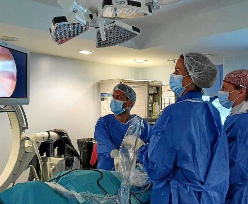 Un momento de una cirugía de columna con todas las novedades en la Policlínica.