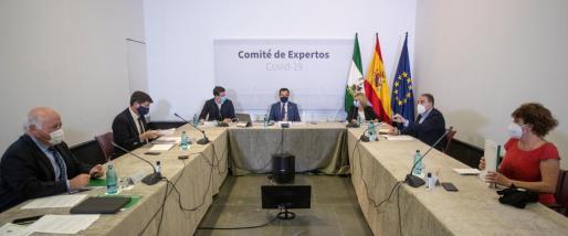 El presidente de la Junta de Andalucía, Juanma Moreno (c), durante la reunión que el Gobierno andaluz ha mantenido este domingo con el comité de expertos para evaluar la situación de la pandemia en Andalucía.