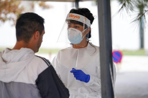 Un sanitario realiza una prueba de antígenos.
