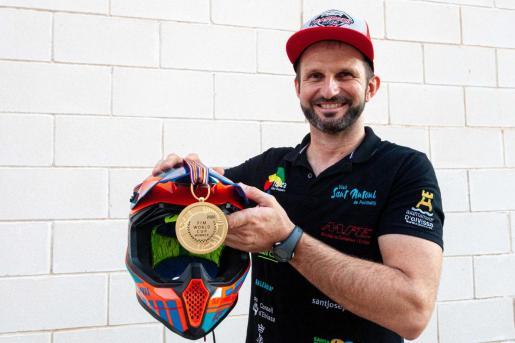Toni Vingut posa con su casco y su medalla en las instalaciones del Grupo Prensa Pitiusa.