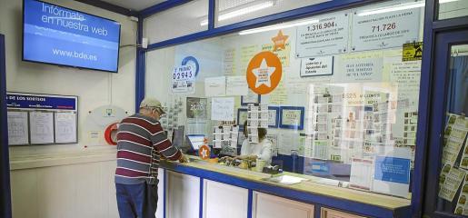 La Administración de Loterías 8 de Palma, en plena Plaça de la Reina, es la que más padece la caída de visitantes y cruceristas.