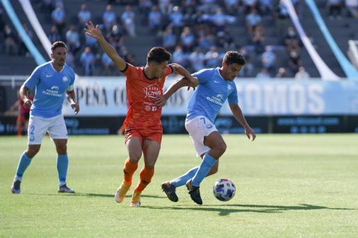 Davo conduce el balón ante el acoso de un jugador del Atzeneta.
