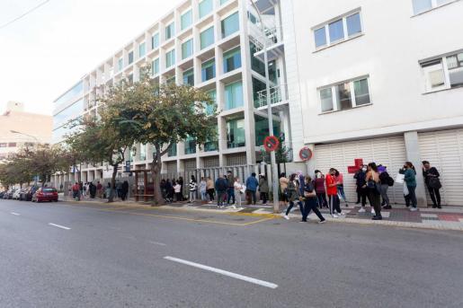 Largas colas a las puertas del Consell de Ibiza para solicitar ayudas.