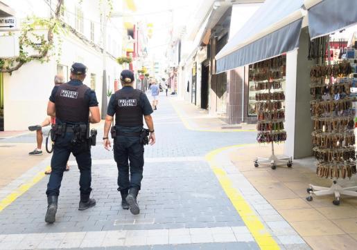 Dos agentes de la Policía Local de Sant Antoni.