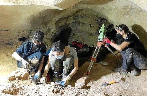 Arqueólogos en el interior de la cueva.
