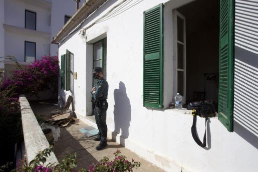 Un guardia civil custodia la casa.