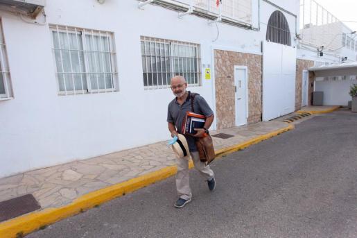 José Juan Cardona, a las puertas de la cárcel de Ibiza.